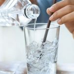 Uống nước đá nhiều có thể bị bệnh trĩ