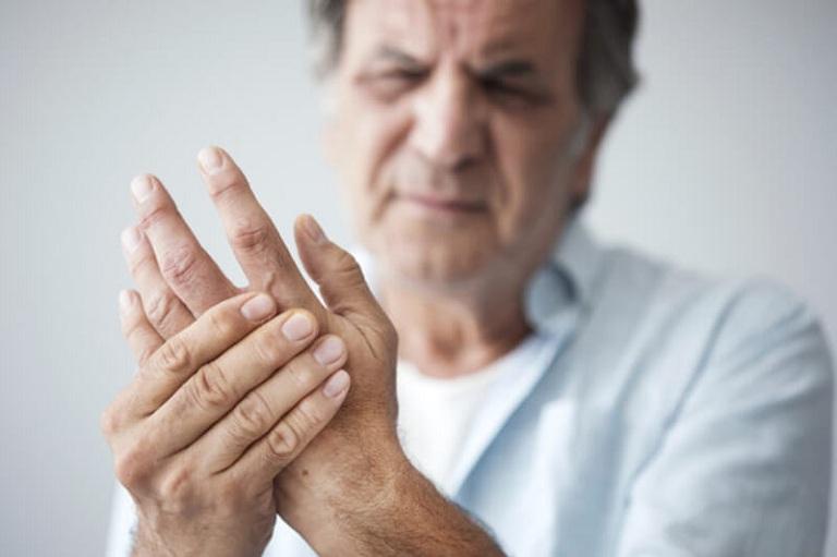 Tê tay là triệu chứng của bệnh thoái hóa khớp