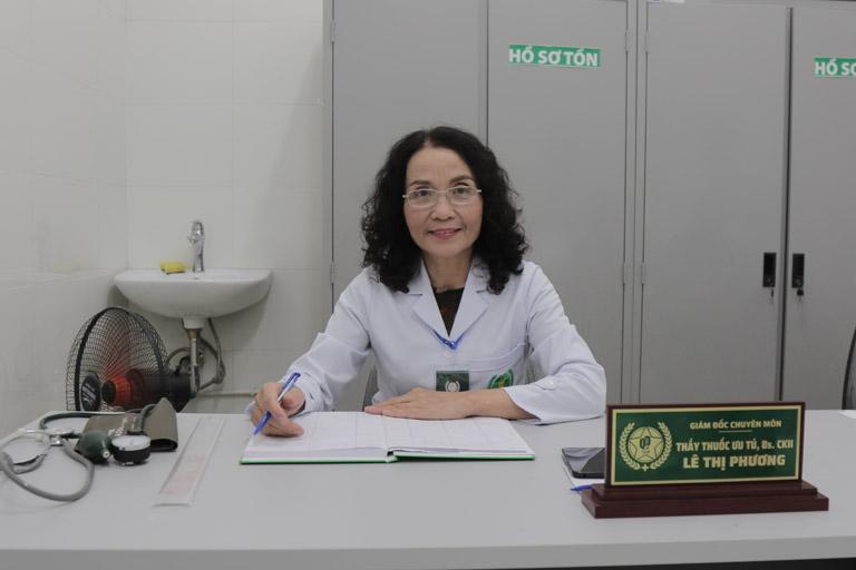 Bác sĩ Phương luôn tươi cười và điềm đạm khi thăm khám cho người bệnh