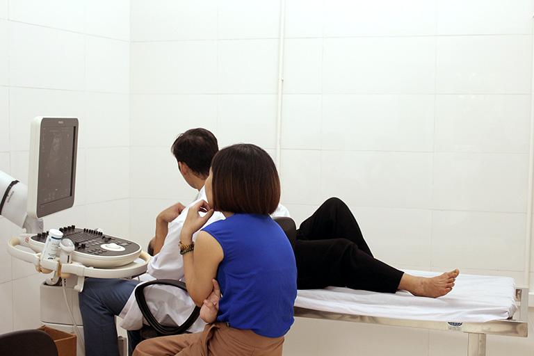 Bệnh nhân siêu âm ổ bụng tại Trung tâm Phụ Khoa Đông y
