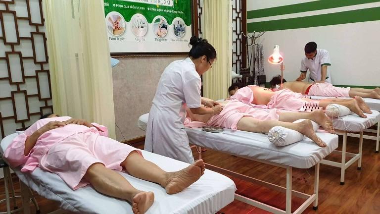 Tiến sĩ, bác sĩ Nguyễn Vân Anh thực hiện châm cứu, bấm huyệt tại Trung Tâm Thuốc Dân tộc