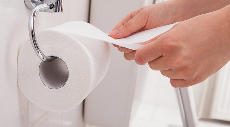 Dùng giấy vệ sinh lau chùi đúng cách giúp ngăn ngừa bệnh trĩ