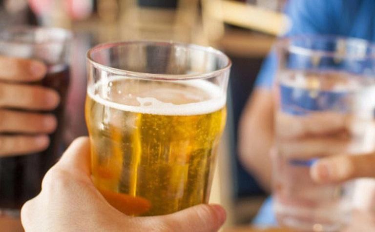 Bia rượu không tốt cho người bị gút