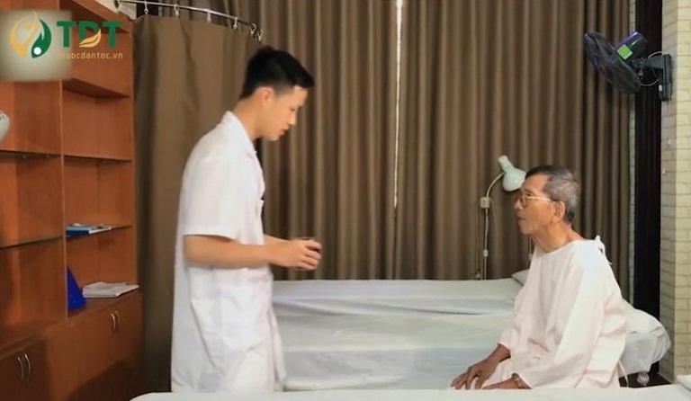 NSND Trần Hạnh bấm huyệt tại Trung tâm Thuốc dân tộc