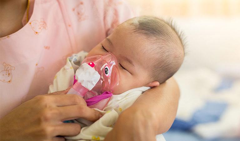 bé bị viêm phế quản thở khò khè