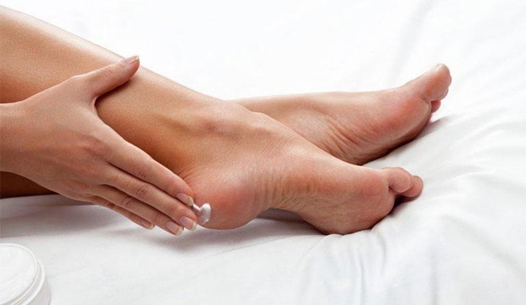 dưỡng ẩm điều trị á sừng ở chân