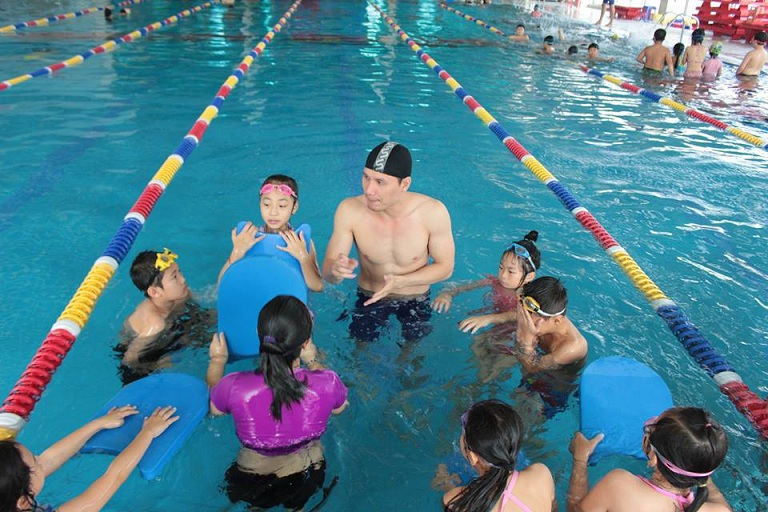 Để tránh lây bệnh cho đối tượng khác, người bị hắc lào không nên đi bơi tại các hồ công cộng