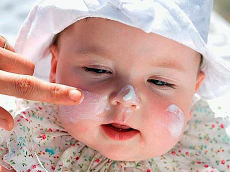 Bôi hợp chất giữ ẩm cho trẻ sơ sinh