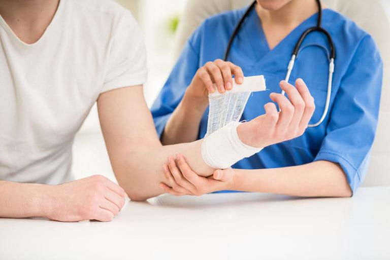 Cách xử lý nổi mẩn ngứa xung quanh vết thương
