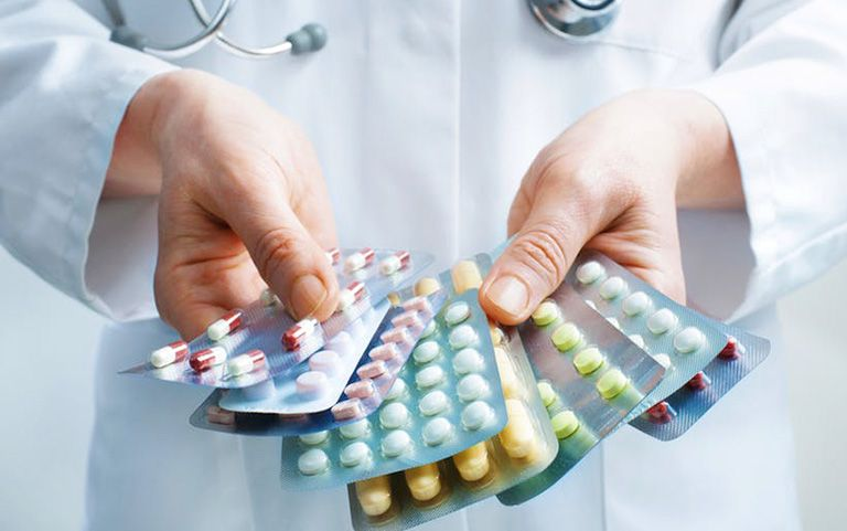 Thuốc Tây sẽ được bác sĩ chỉ định trong điều trị bệnh chàm khô đầu ngón tay