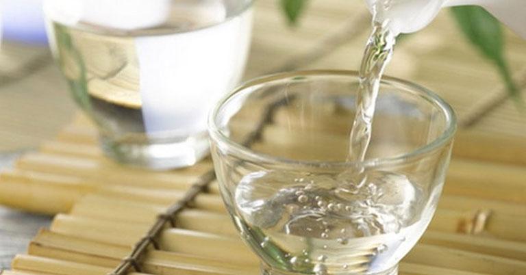 chữa mề đay bằng lá kinh giới và rượu trắng
