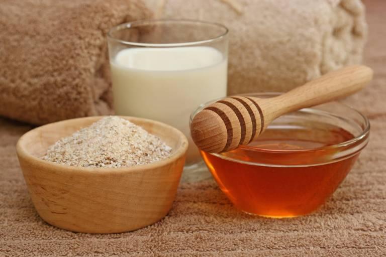 Có thể dùng mặt nạ mật ong, bột yến mạch để cải thiện tình trạng dị ứng.