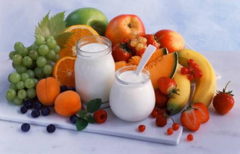 Bổ sung vitamin bằng cách ăn nhiều rau xanh và uống nhiều nước để thanh lọc cơ thể.