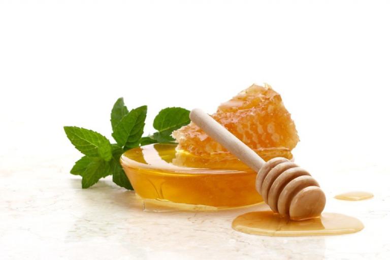 Mật ong và húng quế thường được sử dụng trị ngứa da toàn thân.