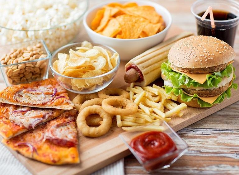 Người bị trĩ không nên ăn thức ăn nhanh