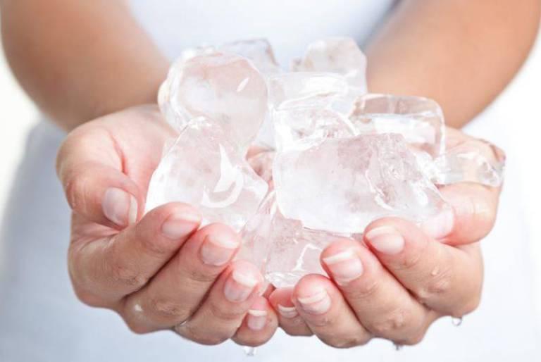 Có thể chườm đá để giảm tình trạng sưng ngứa.