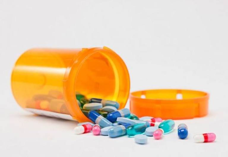 Trường hợp bệnh nặng không thể dùng vật lý trị liệu thì có thể dùng thuốc.
