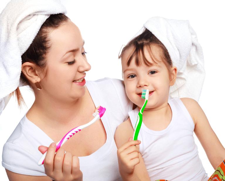 Tạo thói quen đánh răng trước và sau khi ăn, sau khi đi ngủ cho bé