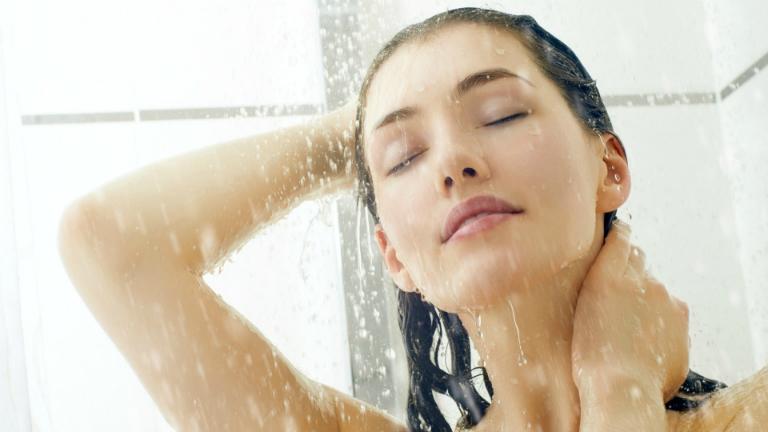 Người bệnh giời leo cần tắm gội hàng ngày để cơ thể sạch sẽ. Giữ gìn vệ sinh vùng da bị giời leo.