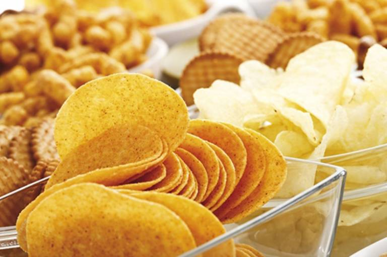 Bánh mỳ, bánh quy, khoai tây chiên giòn là những thực phẩm người bệnh thủy đậu không nên sử dụng