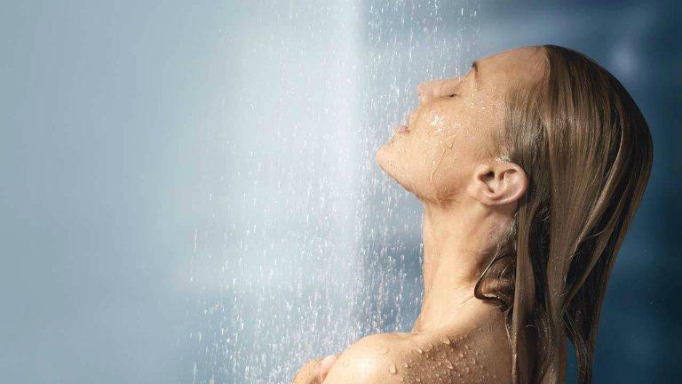 Bệnh nhân mắc Zona thần kinh ở lưng vẫn tắm gội bình thường. Giữ gìn vệ sinh cơ thể để bệnh mau chóng hồi phục.