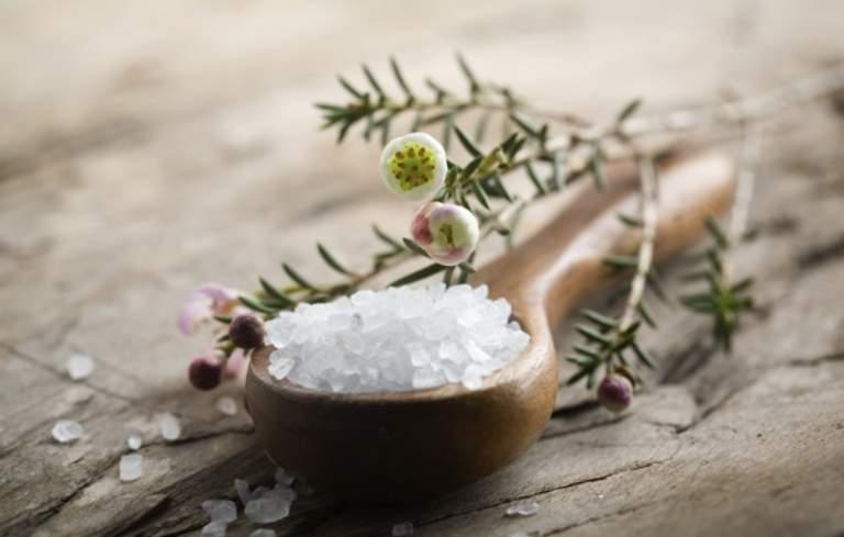 Khi sử dụng muối để tắm không nên dùng cho người có các mụn nước đang vỡ