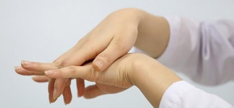Dùng ngón tay cái xoay tròn trân mu ban tay giúp xử lý tê tay tại chỗ