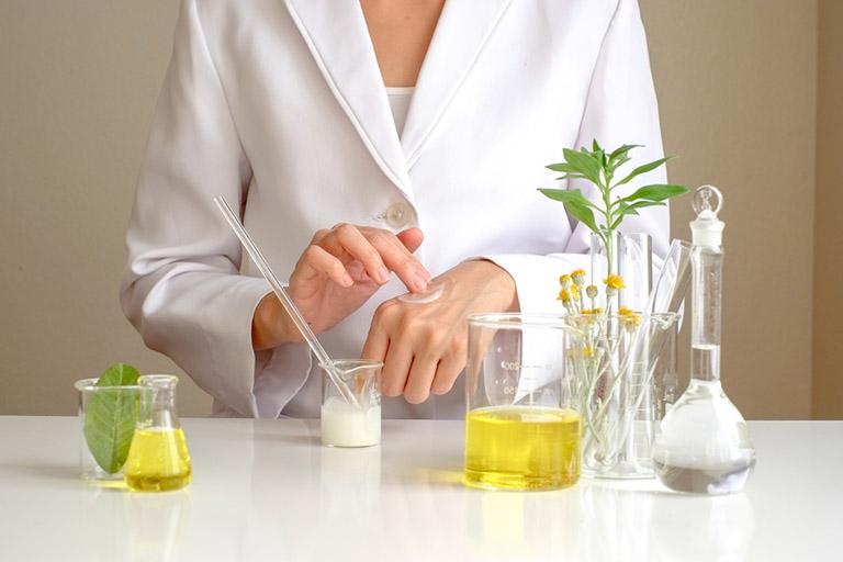 Cách chữa vảy nến da đầu tại nhà bằng dầu gội