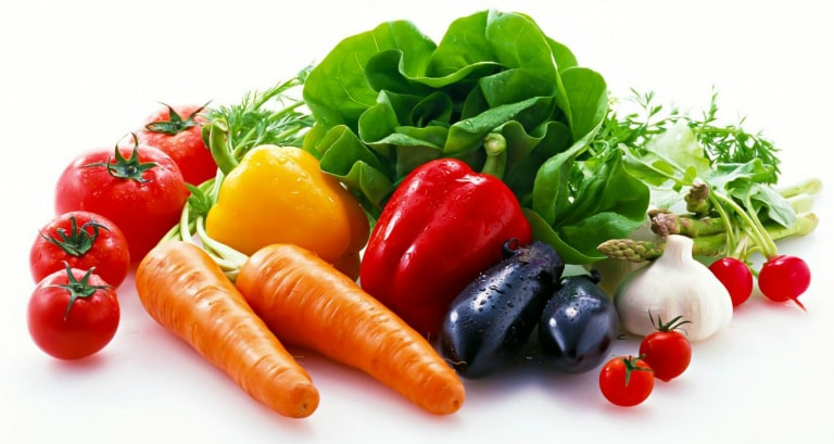 Kết hợp các bài xoa bụng với thực đơn nhiều rau xanh, rau củ tươi hàng ngày để đẩy lùi chứng táo bón.