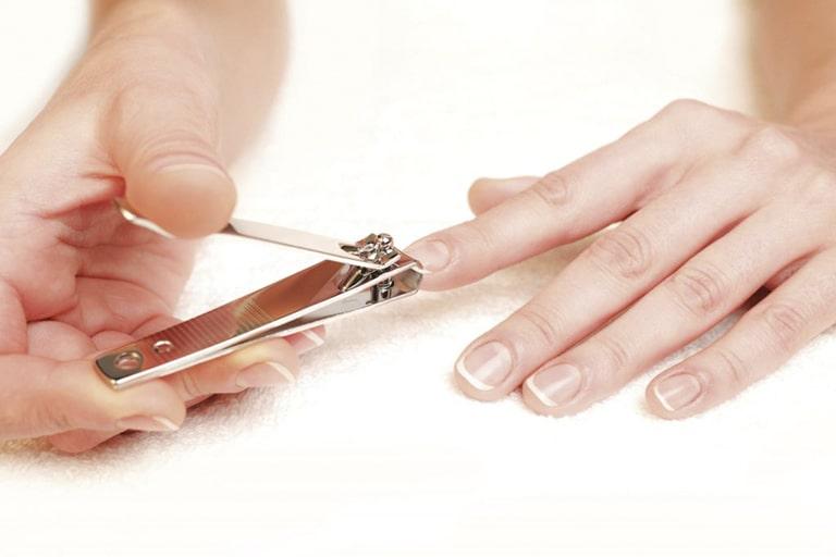 Cắt ngắn và vệ sinh sạch sẽ móng tay giúp hạn chế vi khuẩn xâm nhập qua da