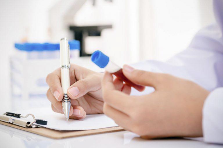 Thực hiện các xét nghiệm để chẩn đoán chính xác bệnh viêm khớp dạng thấp