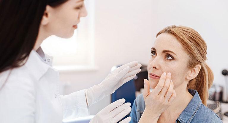 Thông báo cho bác sĩ điều trị nếu tình trạng da có dấu hiệu trở nên nghiêm trọng