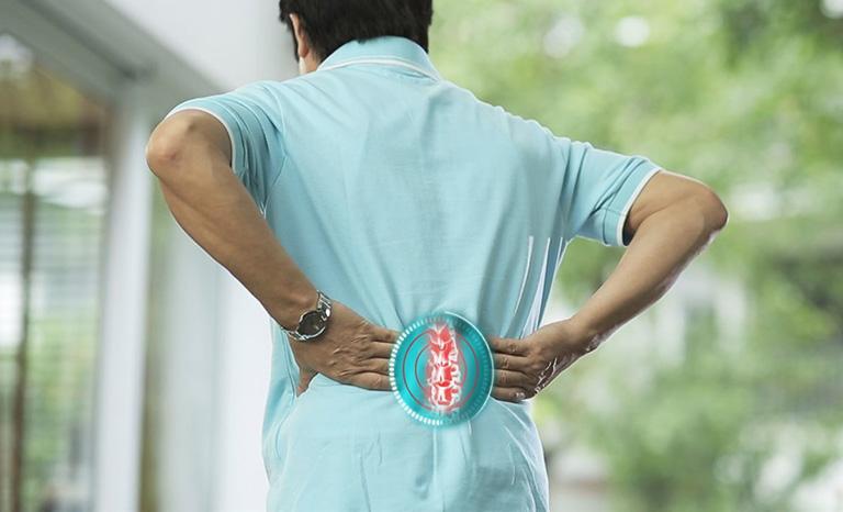 người trẻ bị đau cột sống thắt lưng