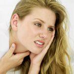 Đau họng kèm với đau tai là dấu hiệu của bệnh viêm họng đau tai.