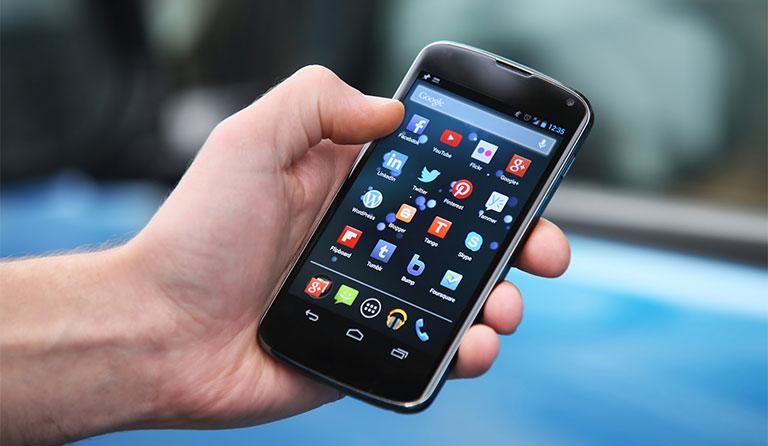 đau nhức khớp ngón tay cái do lạm dụng điện thoại