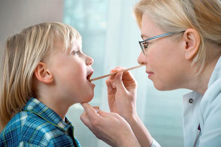 Khi trẻ có các dấu hiệu bất thường nên đưa trẻ đến gặp bác sĩ