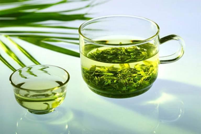 Rửa mặt với nước trà xanh để làm sạch da