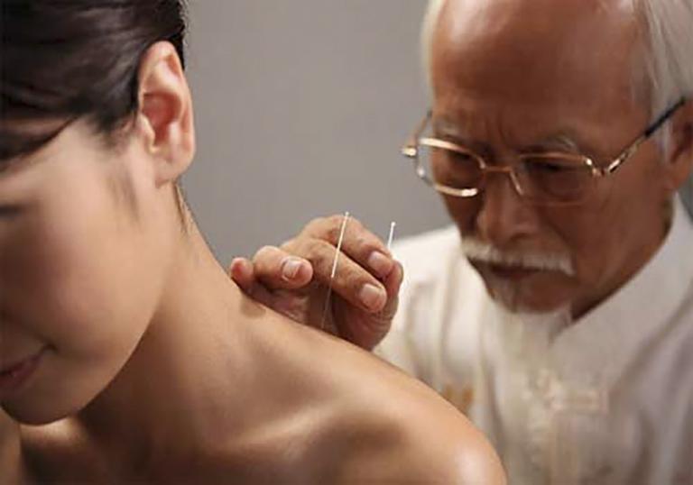 Điều trị thoái hoá đốt sống cổ bằng Đông y giúp ngăn chặn biến chứng tê tay