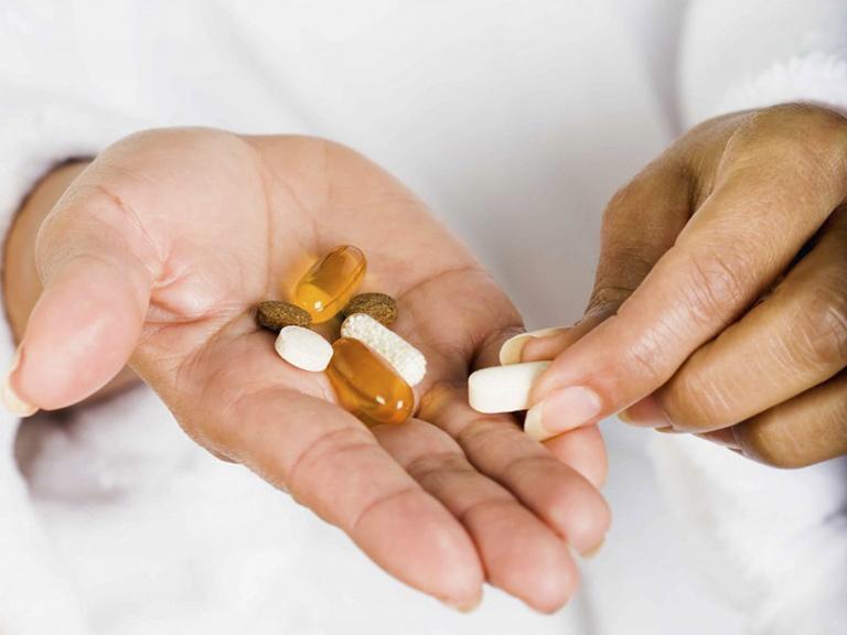 Sử dụng thuốc Tây điều trị dị ứng cá ngừ theo chỉ định của bác sĩ