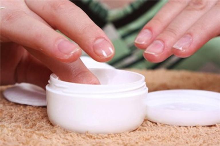 Sử dụng một số sản phẩm dưỡng ẩm hạn chế bong tróc da tay