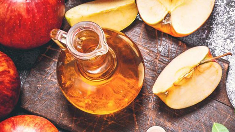 Bên trong giấm táo chứa Acid acetic có khả năng kháng khuẩn và cân bằng da