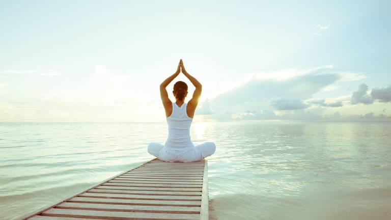 Tập yoga và tắm nắng buổi sáng sớm giúp phòng ngừa tê tay chân hiệu quả