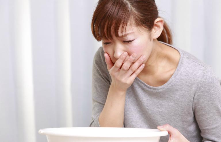 Nếu huyết trắng xuất hiện kèm với những triệu chứng như nôn mửa, đau đầu ti,... điều đó báo hiệu bạn đã mang thai.