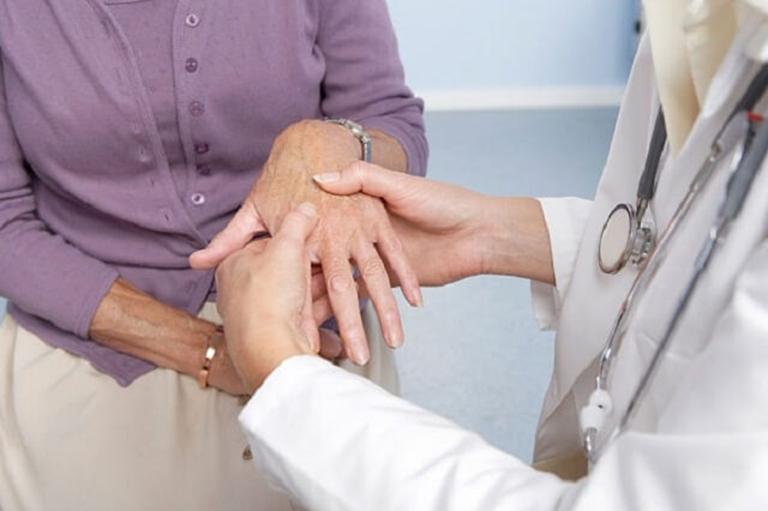 Khi có dấu hiệu của bệnh phong thấp, nên đến gặp bác sĩ chuyên khoa tiến hành khám và điều trị