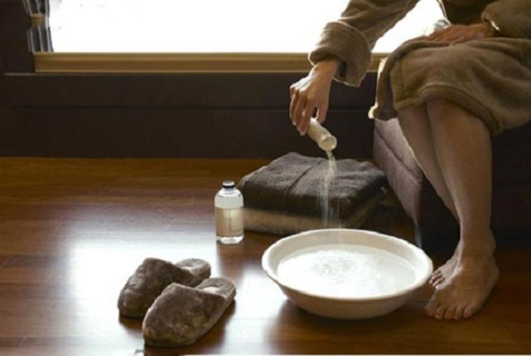 Sử dụng nước muối loãng để vệ sinh vùng da bị ghẻ