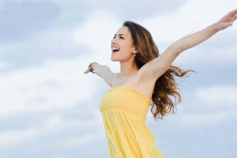 Luôn giữ cho tâm trạng vui vẻ, thoải mái để cải thiện tình trạng mặt nổi mụn như rôm