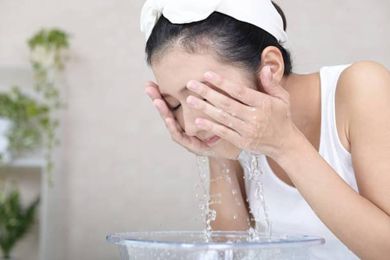 cách chữa mặt nổi mụn như rôm bằng nước muối