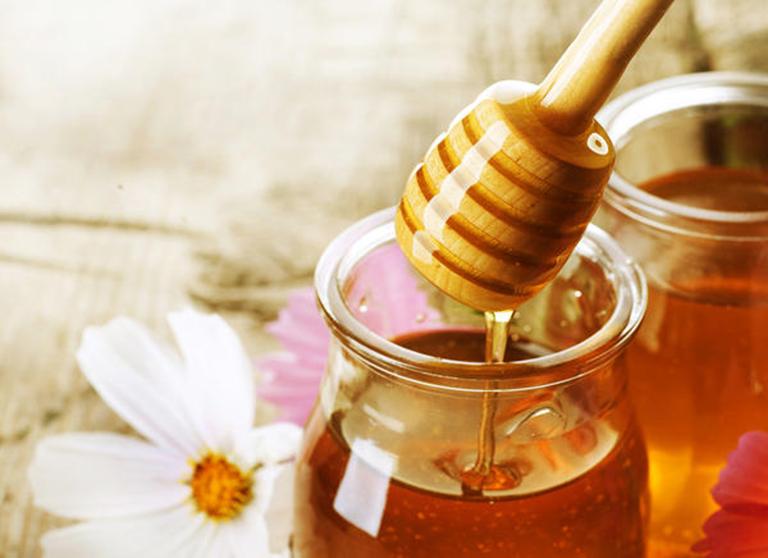 Mật ong có tác dụng dưỡng ẩm, điều trị các bệnh về da hiệu quả