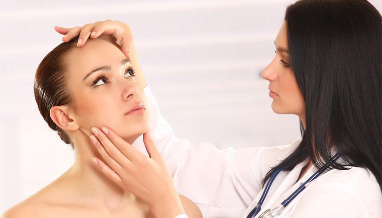 điều trị da mặt nổi nhiều mụn đỏ