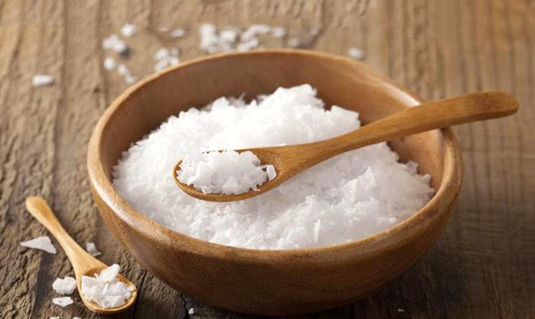 Sử dụng muối biển ngâm giúp điều trị bệnh phong thấp ra mồ hôi tay chân